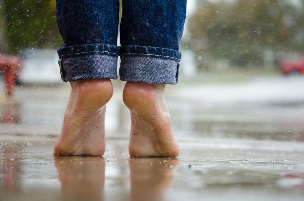 雨の中裸足で立っている