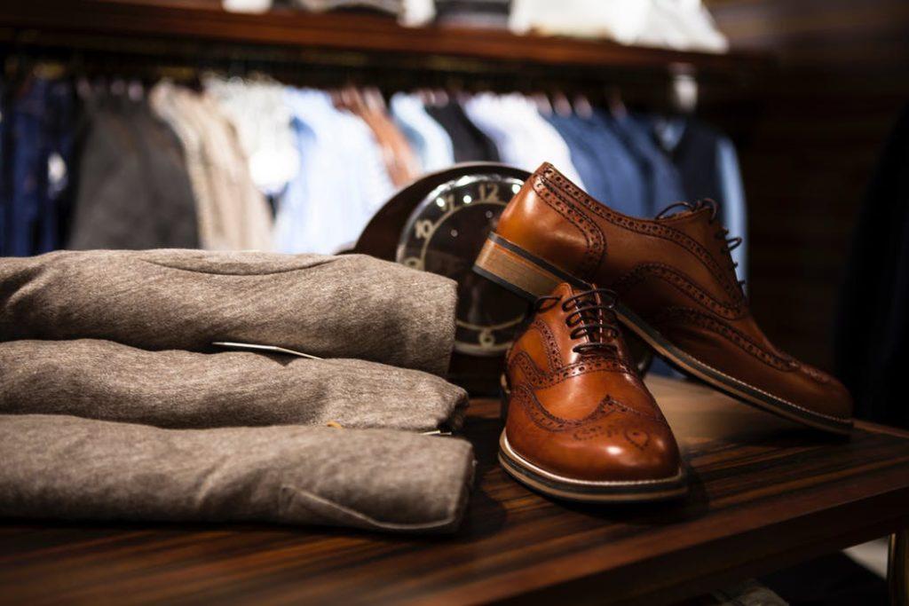 靴とスラックスが机においてある