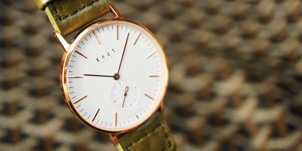金縁のノットの腕時計