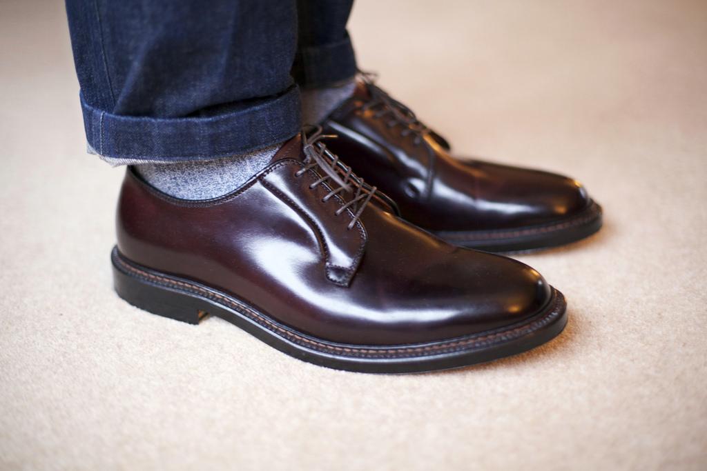 モデルがブラウンのオールデンの革靴を着用