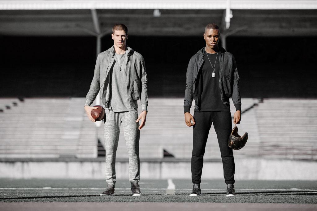 二人のラグビー選手がジップアップパーカーを着用