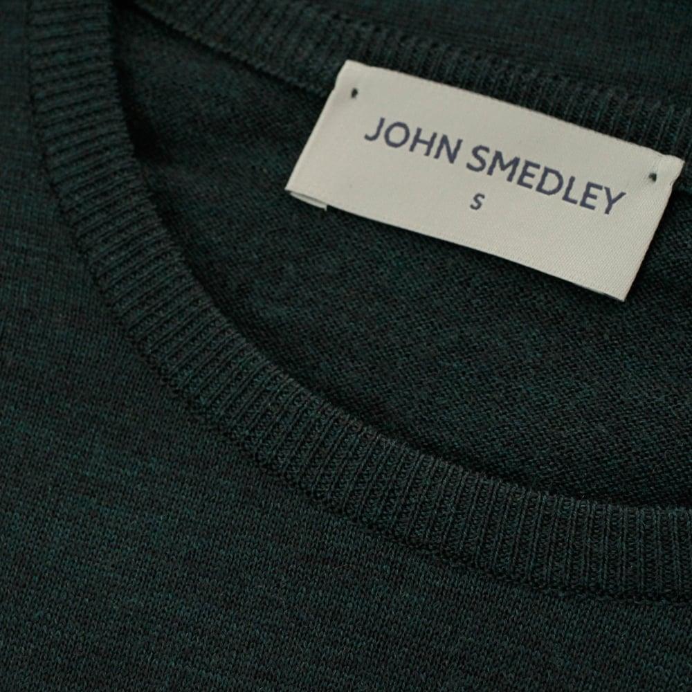 ジョンスメドレーの襟元のブランドタグ
