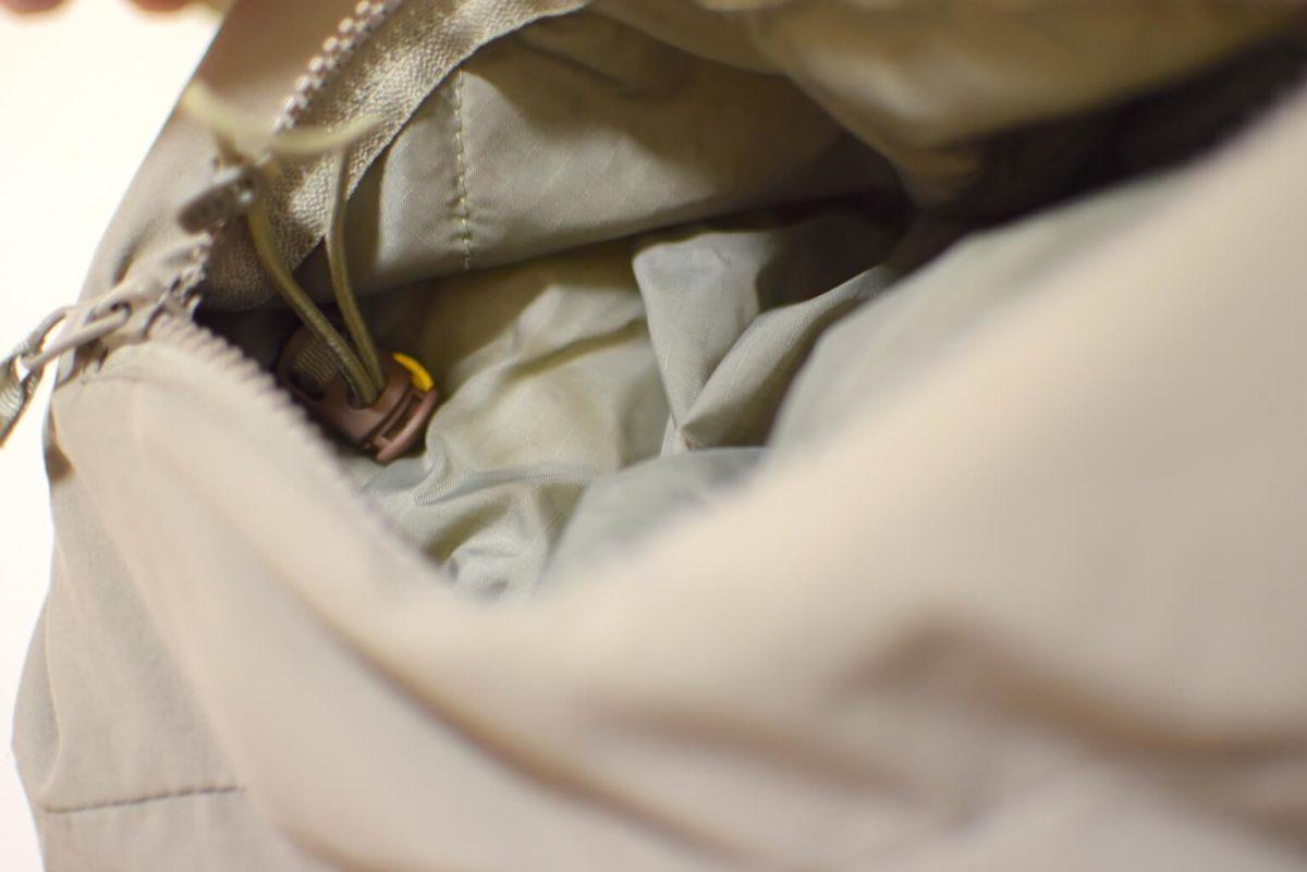 ポケットの中のコードでウエストを絞ることができる