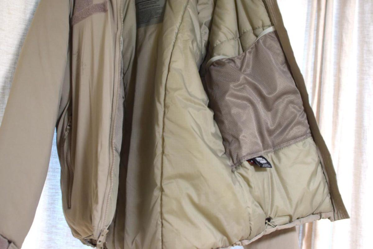 ジャケット内側には大容量のポケットがある