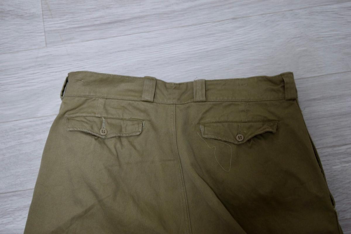 M52チノパンのバックポケットがフラップポケットになっている。