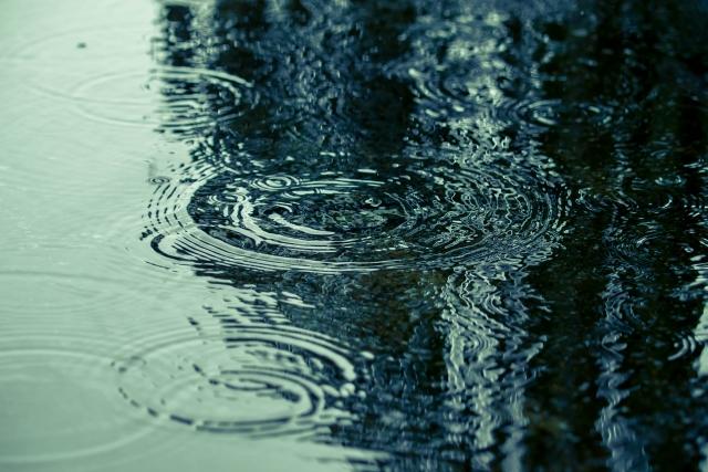 雨で水たまりが溜まっている