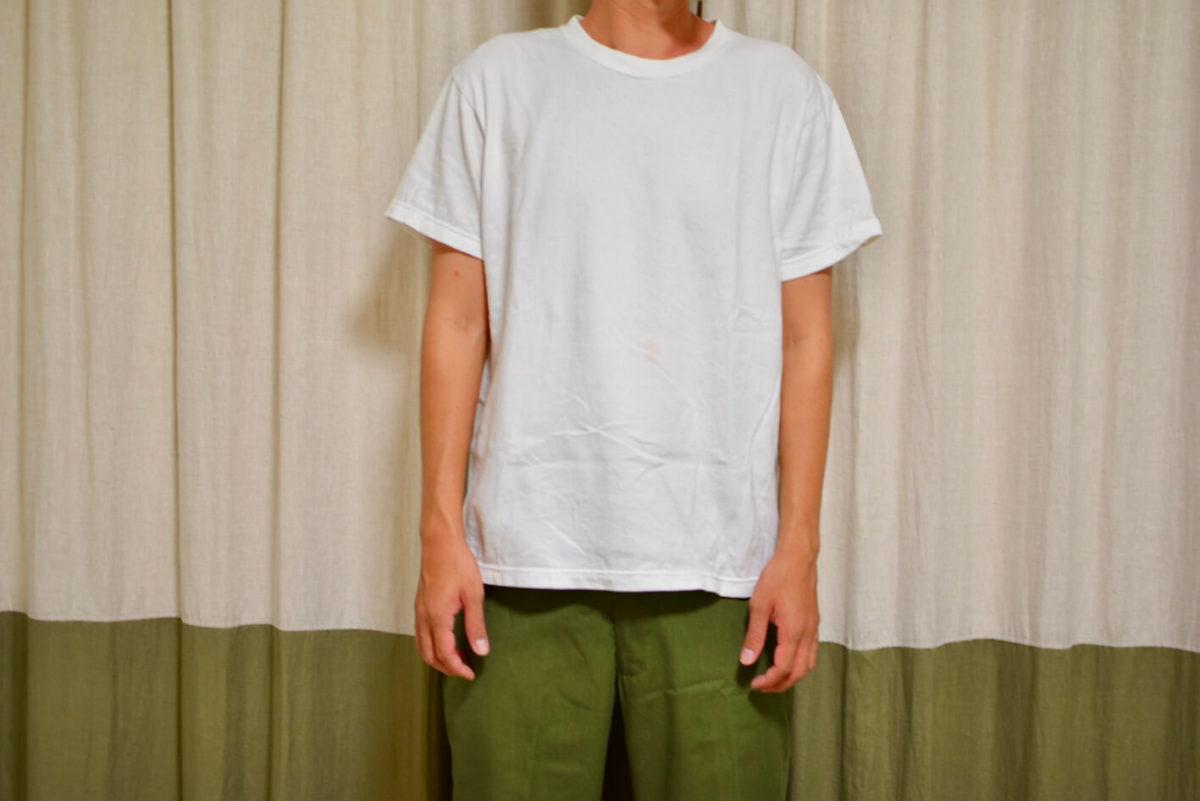 白Tシャツを着ている