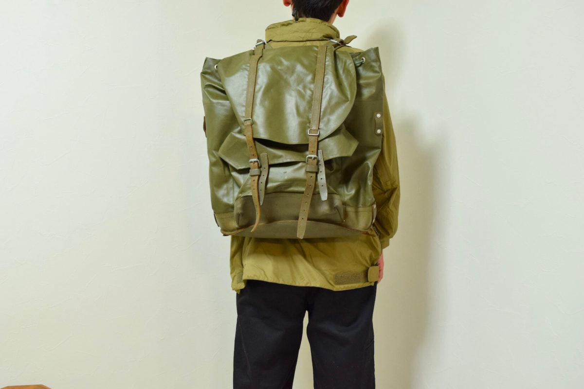 PVCバックを背負っている写真