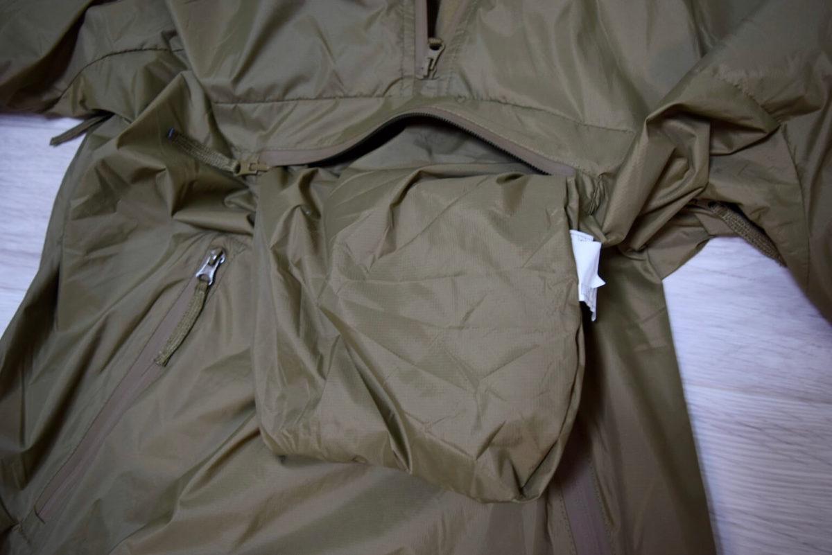 パッカブル仕様で胸ポケットに袋あり