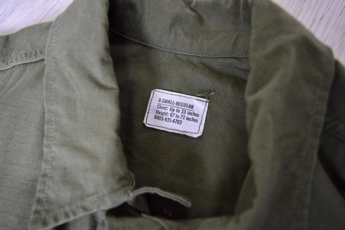 ジャングルファティーグジャケットの襟元のタグ