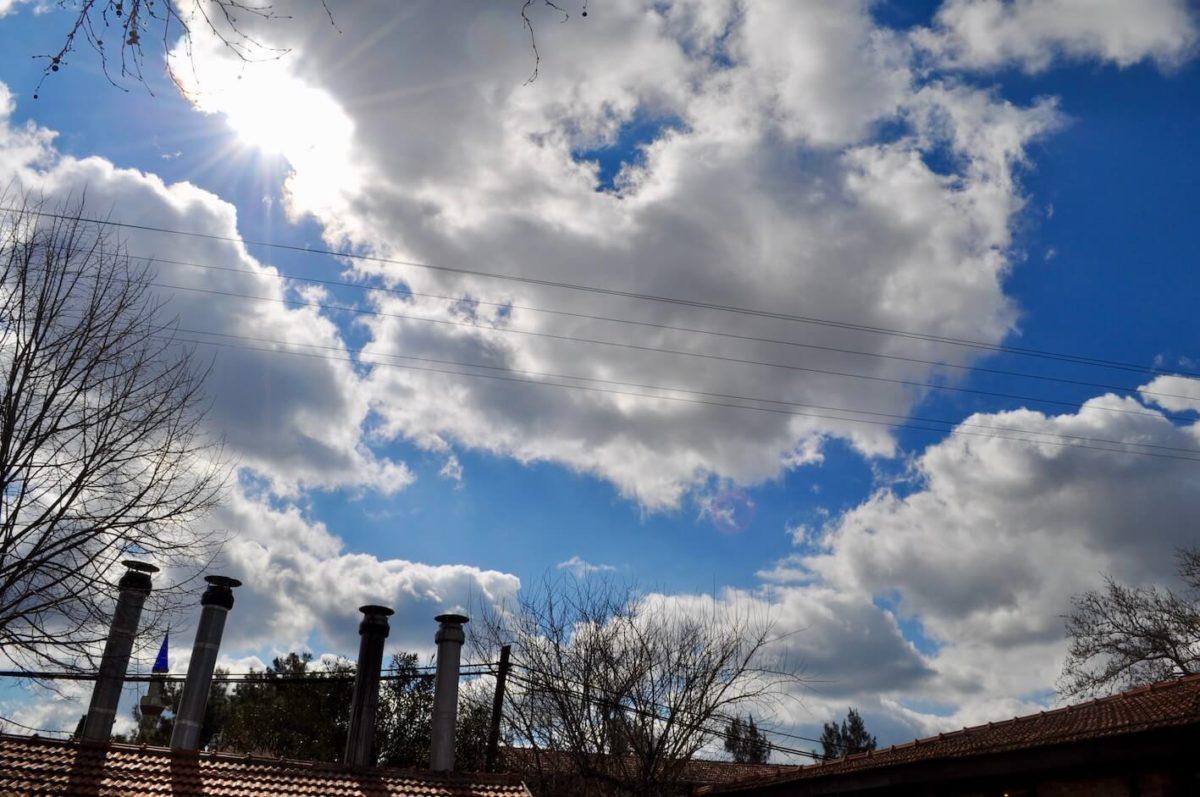 晴れ日の雲の写真