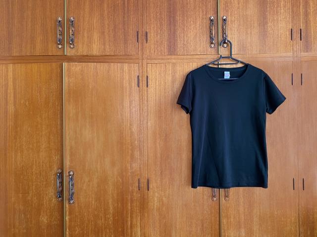 クローゼットに掛けられたTシャツ