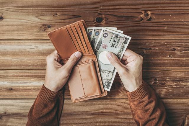 財布からお金をだすところ