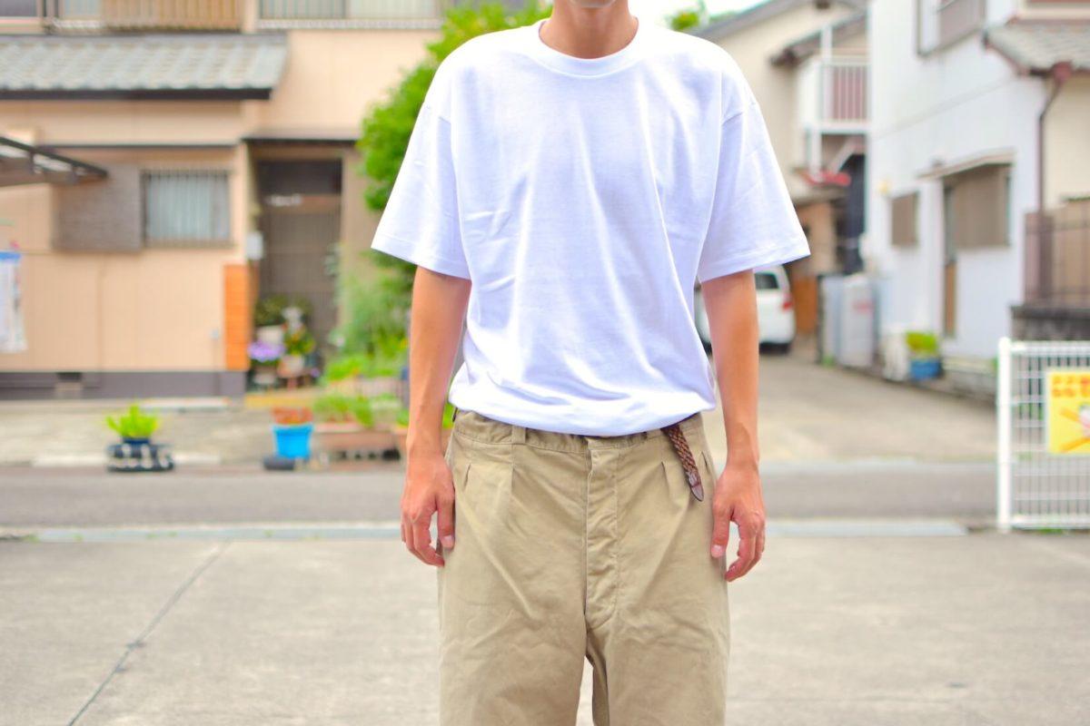 久米繊維のTシャツを着用