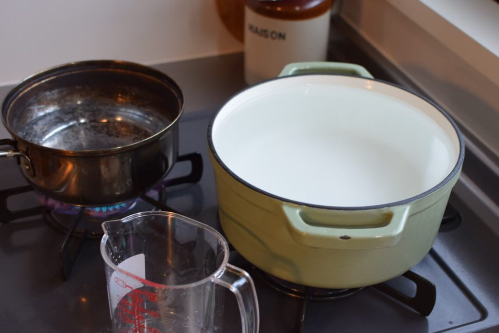 2つのコンロでお湯を沸かす