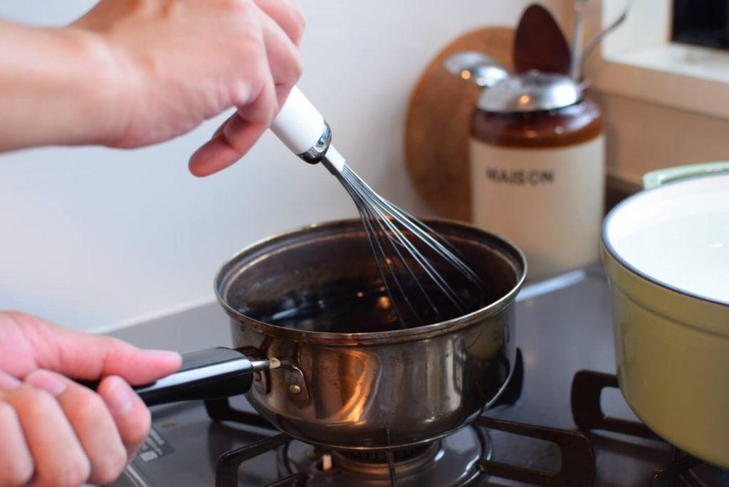 ダイロンとお湯を混ぜ合わせる