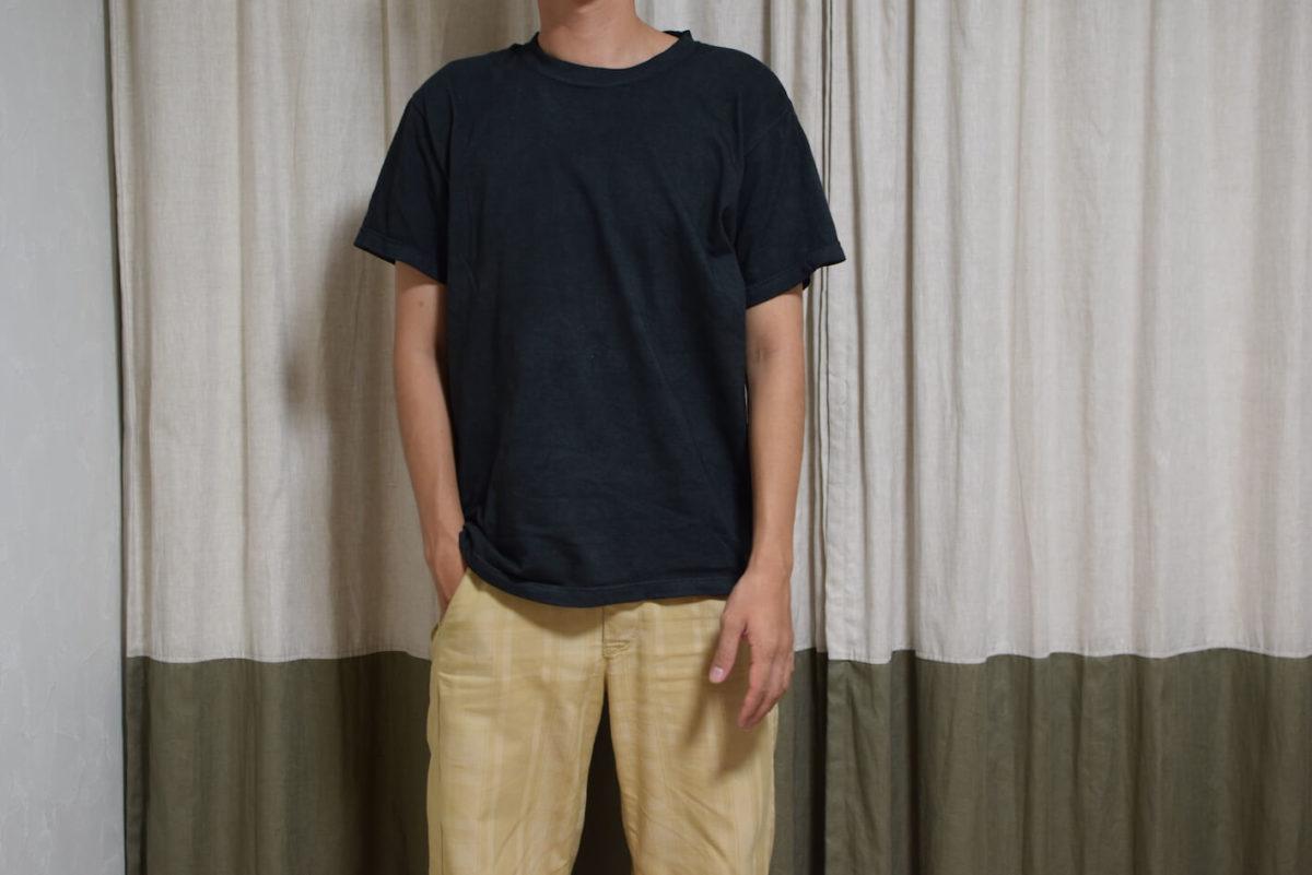 マルチダイで染めた黒Tシャツを着用