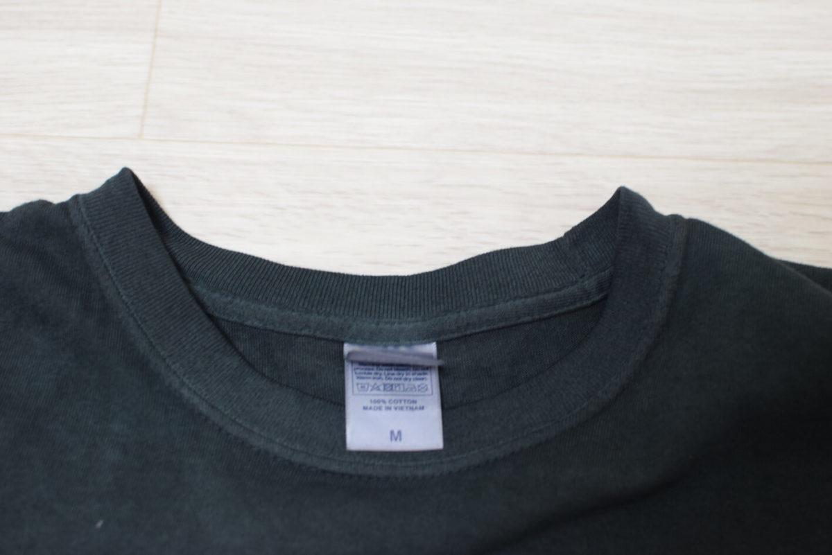 黒く染めたシャツの首部分