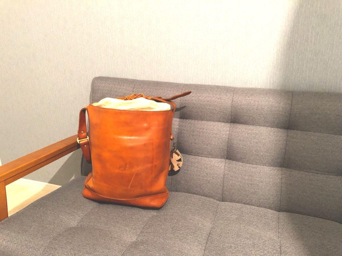 ソファーに置いてあるスロウのトートバッグ