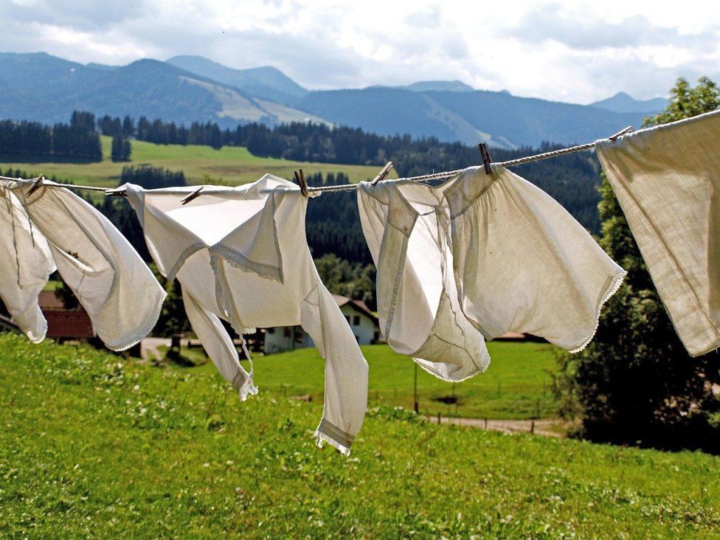 洗濯物を干している画像