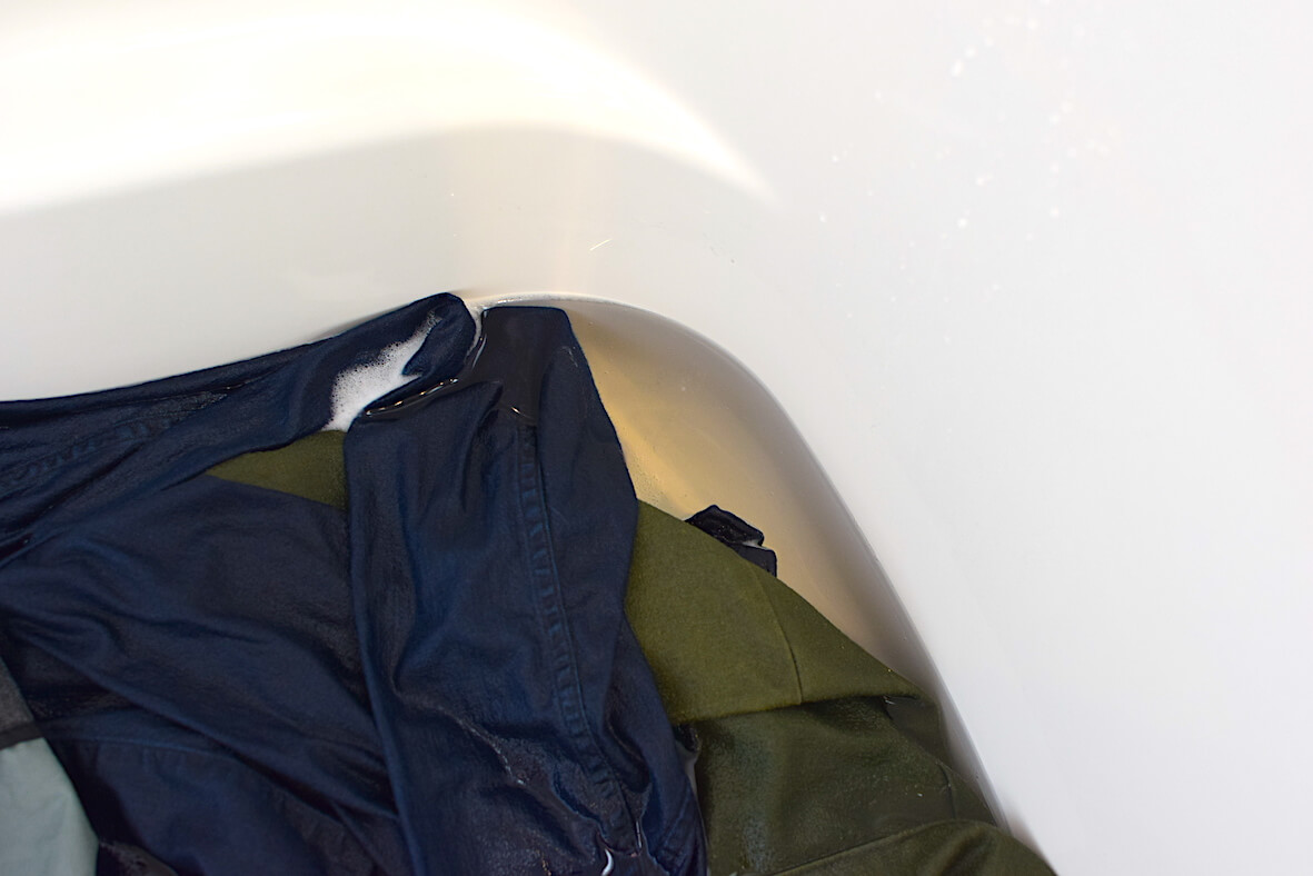 洋服から滲み出た茶色い汚れ