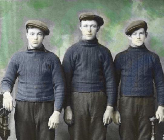 ガンジーセーターを着用している3人の男性