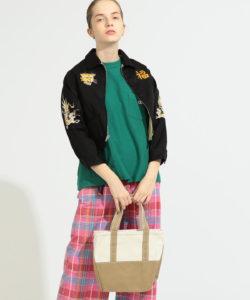 女性モデルがトートバッグを使用