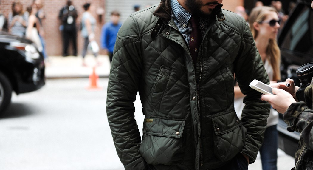 男性が緑のキルティングジャケットを着用