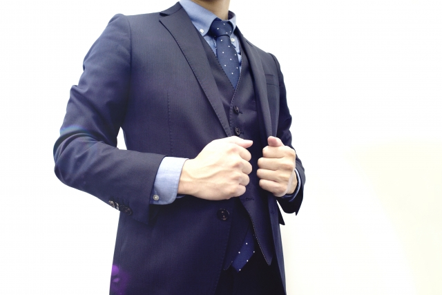 スーツを着用している男性