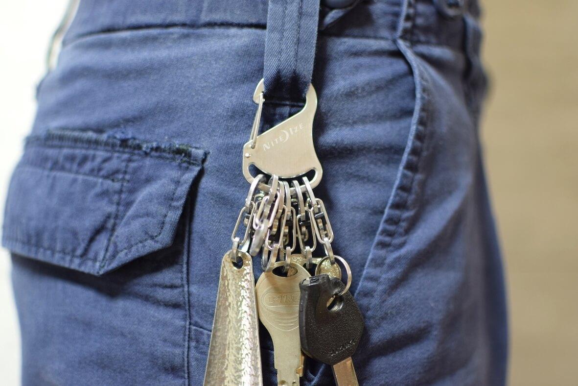 ナイトアイズのキーホルダーを着用
