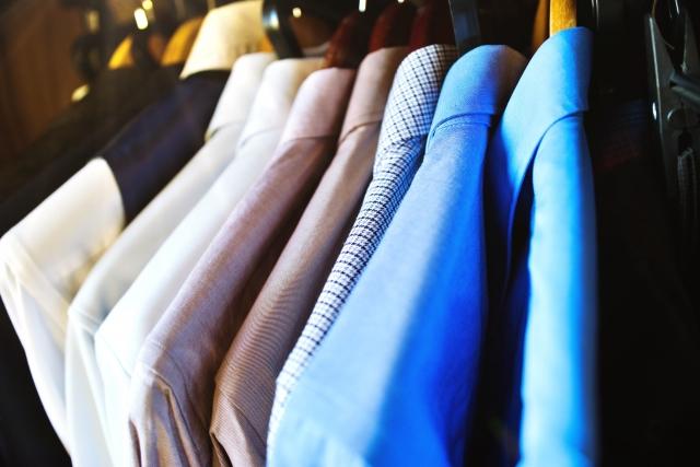 クローゼットに並ぶ洋服