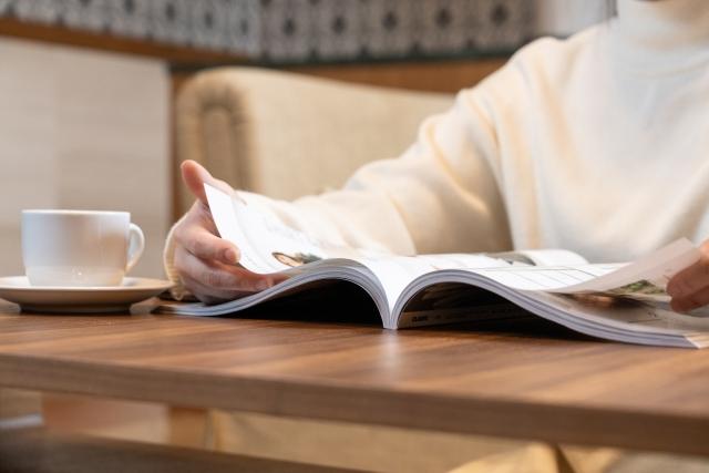 本を読んでる男性