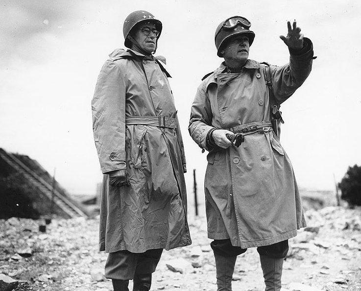 トレンチコートを着用している男性2人