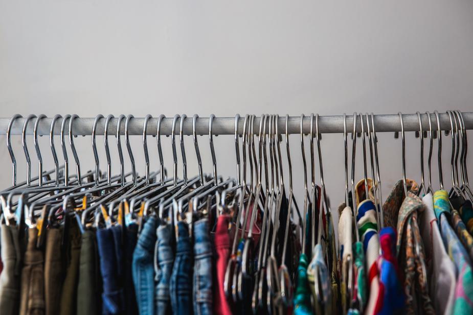 ハンガーに掛かっているたくさんの洋服