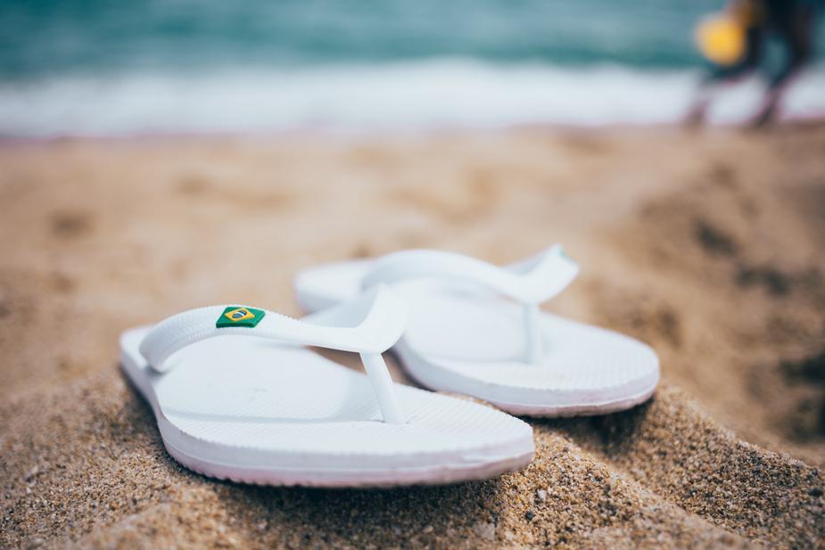 砂浜に置かれたサンダル